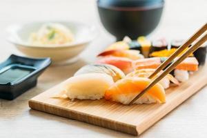 maki de sushi de salmón, atún, concha, camarones y otras carnes foto