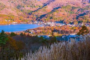 hermoso paisaje alrededor del lago yamanakako, japón foto
