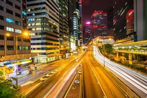 edificios de la ciudad de hong kong, china, por la noche foto