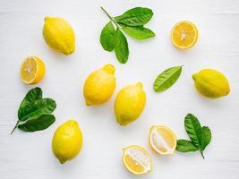 limones aislados en blanco foto