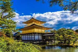 Templo Kinkakuji o pabellón dorado en Kioto, Japón foto