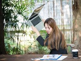 Retrato de una mujer de negocios estresada en su lugar de trabajo foto