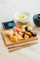 maki de sushi de salmón, atún, concha, camarones y otras carnes