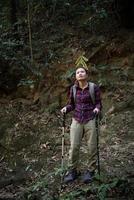 viajero de mujer con mochila en el hermoso paisaje de verano. concepto de viaje. foto