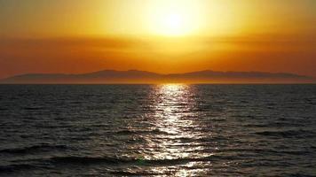 Cámara lenta de un paisaje oceánico durante la puesta de sol en vladivostok, rusia