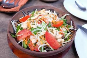 Ensalada de verduras frescas en un recipiente sobre la mesa