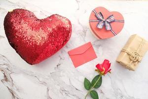 Vista superior de la caja de regalo con forma de corazón y flores.