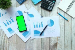 teléfono inteligente, calculadora y bloc de notas en la mesa