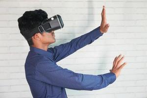 hombre vestido con casco de realidad virtual foto