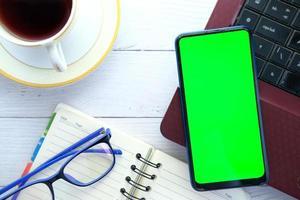 vista superior del teléfono inteligente en un escritorio foto