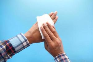 desinfectar las manos con una toallita húmeda