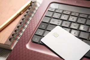 tarjeta de crédito en un teclado