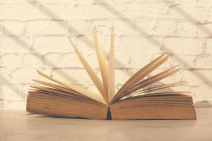 Cerca de libro abierto sobre una mesa foto