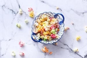 palomitas de maíz de colores en un tazón foto