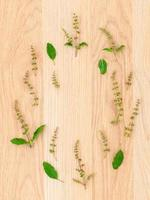 círculo de hierbas frescas en madera