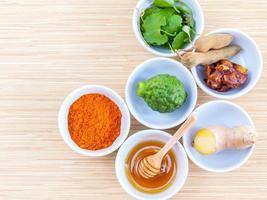 tazones de ingredientes naturales para el cuidado de la piel foto