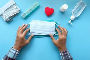 disposición plana de mascarillas, desinfectante de manos y pastillas foto