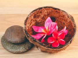 flores de frangipani en un tazón
