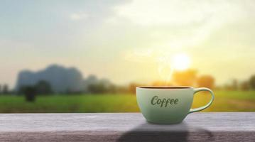Bebida de café caliente negro caliente con humo sobre una mesa de madera