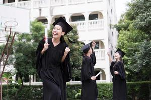 retrato de diversos estudiantes internacionales graduados celebrando el éxito foto