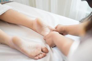 mujer recibiendo un masaje de pies en el salón spa