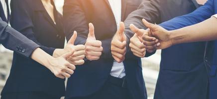 Equipo de negocios exitoso mostrando Thumbs up sign foto