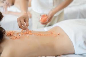 mujer recibiendo masaje en spa foto