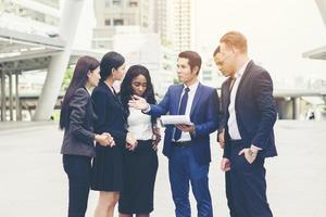 Retrato de un grupo de gente de negocios reunidos fuera foto