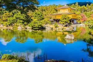 Templo Kinkakuji, o el pabellón dorado en Kioto, Japón foto