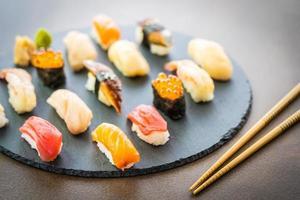 sushi nigiri con salmón, atún, camarones, langostinos, anguila, concha y otros sashimi