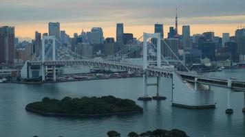 ponte de arco-íris de timelapse com torre de Tóquio, Tóquio Japão video