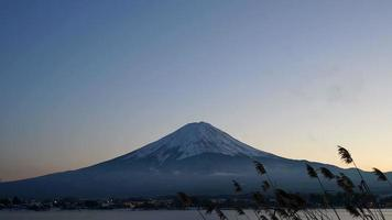 Zeitraffer Fuji Berg mit Dämmerungshimmel in Japan video