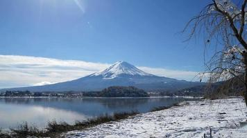 time lapse fuji mountain avec neige et lac au japon video