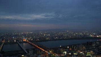 Timelapse osaka horizonte da cidade com o céu crepuscular no Japão