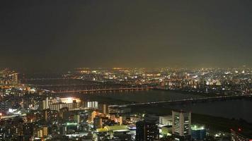 Timelapse horizonte de la ciudad de Osaka por la noche en Japón