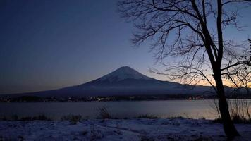 montaña fuji con lago al atardecer en japón