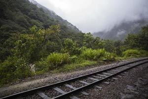 ferrocarril en aguas calientes en perú foto