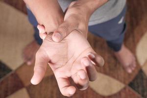 hombre que sufre dolor en la mano de cerca