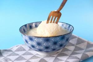 Cerca de dulce indio en un recipiente sobre la mesa