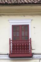 Balcón escultórico de madera en la construcción foto