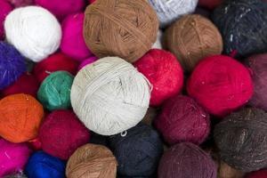 bolas de hilo de lana de colores foto