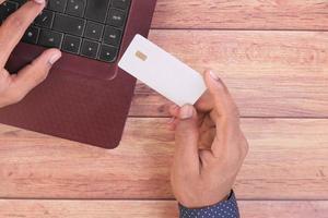 hombre sosteniendo una tarjeta de credito foto