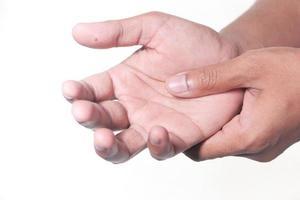 presionando en la palma de la mano sobre fondo blanco