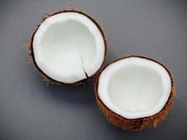 cáscara de coco a la mitad
