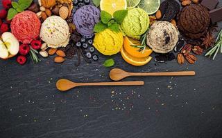 helado y cucharas de madera