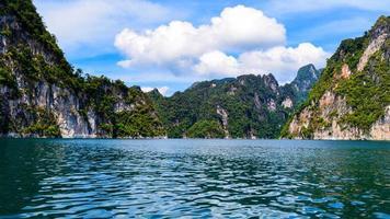 agua azul y montañas