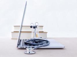 escritorio del médico con computadora y libros médicos