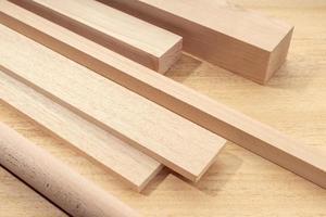 grupo de materiales de madera variados como tablones, escuadras, láminas, madera para carpintería foto