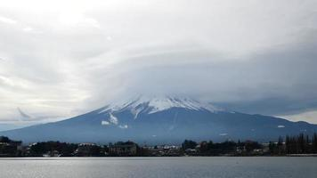 Zeitraffer Berg Fuji mit bewölktem Himmel in Japan video