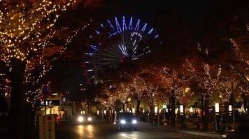 roda gigante perto de um shopping de mosaico na cidade de kobe, no japão